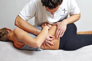Dieses Bild stellt eine spezifische Technik zur Bewegungsverbesserung der Lendenwirbelsäule dar. Diese Technik ist schmerzfrei und wird von Manualtherapeuten, aber auch anderen Berufsgruppen wie Manualmediziner/Orthopäden, Osteopathen und Chiropraktoren genutzt.