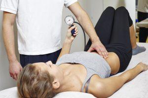 Segmentale Stabilisation: Üben mit der Blutdruckmanschette.